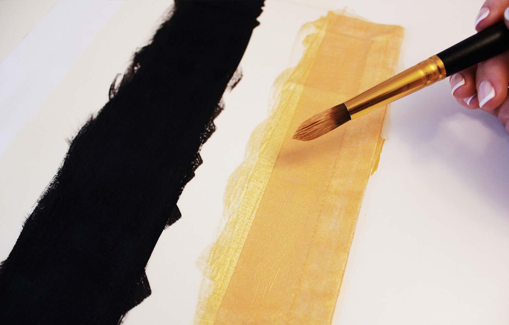 Черно-золотые полосы на ткани