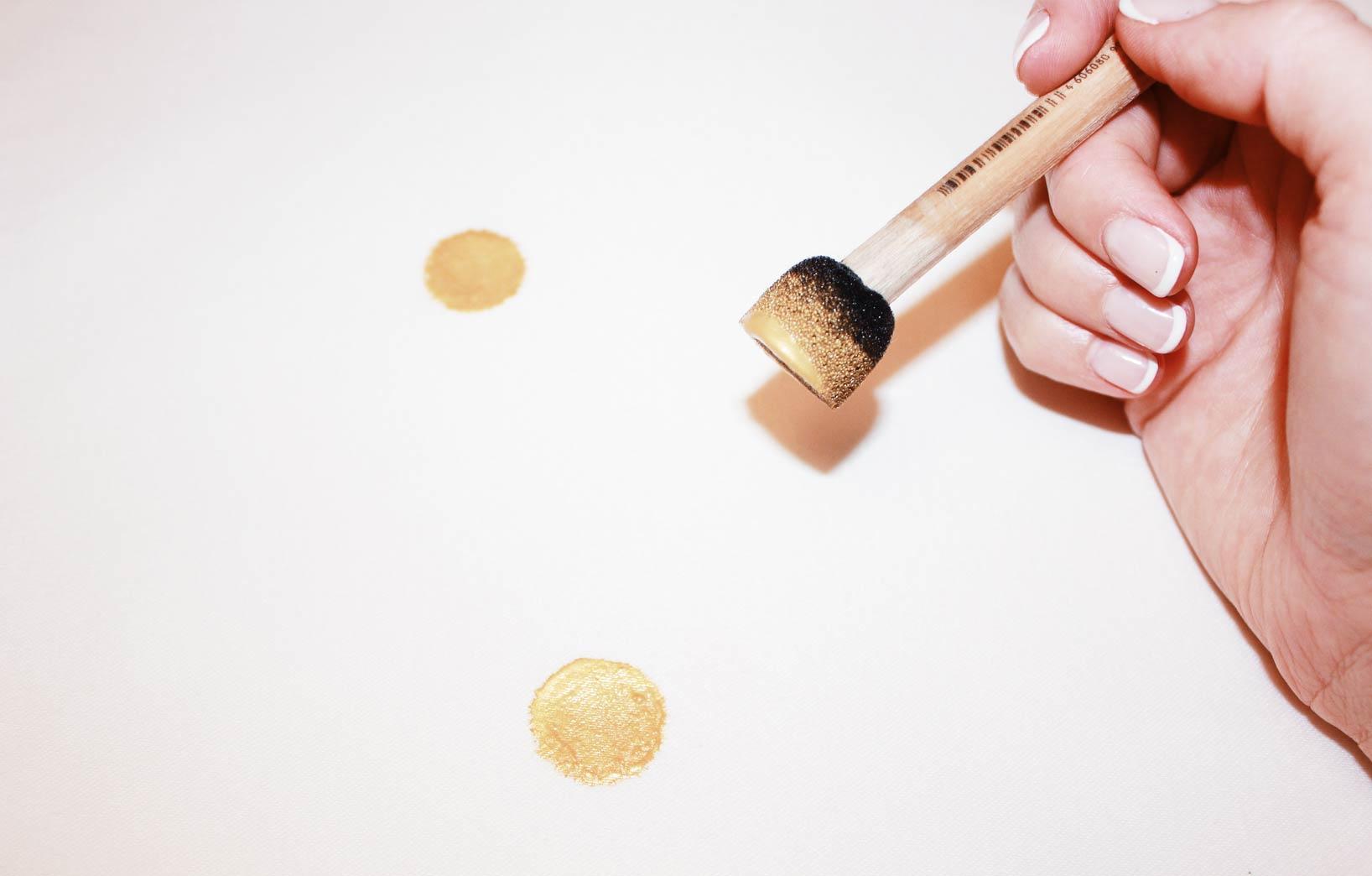 Рисуем золотой горох на ткани