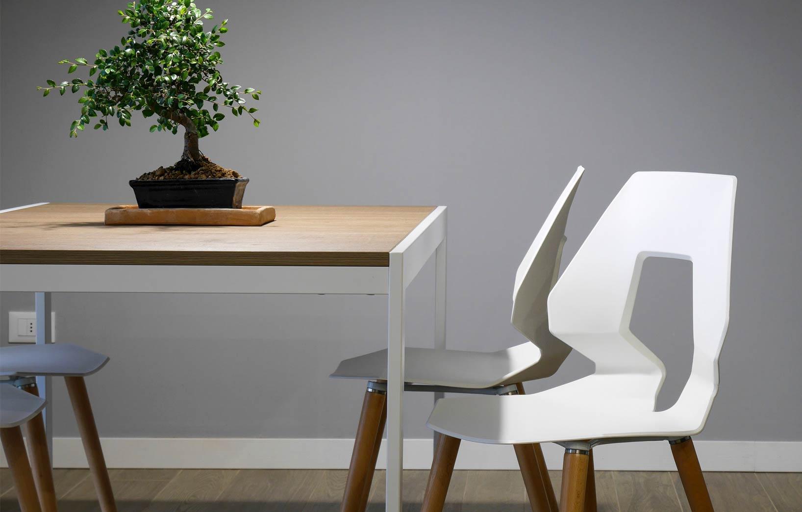 Белые стулья в стиле минимализм