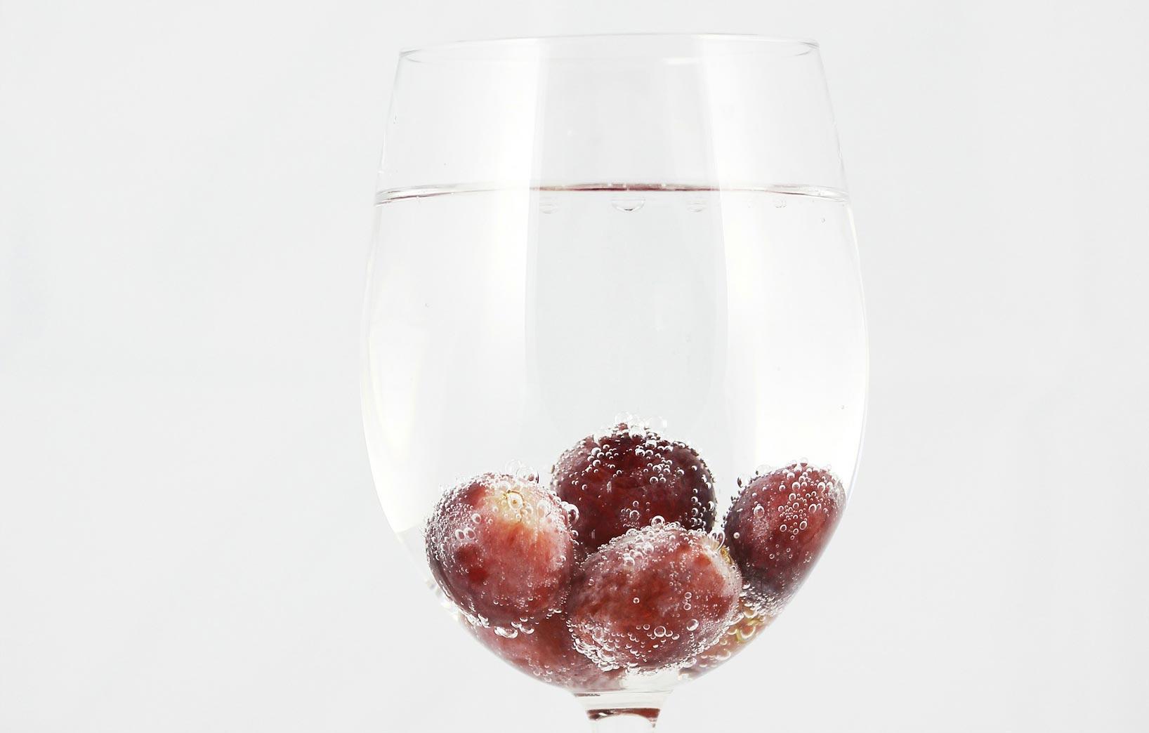 Бокал воды с ягодами