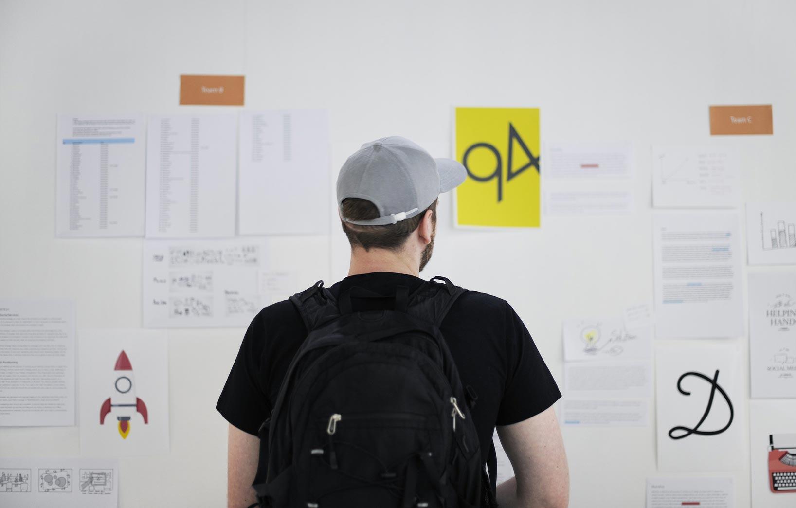 мужчина перед стендом с информацией