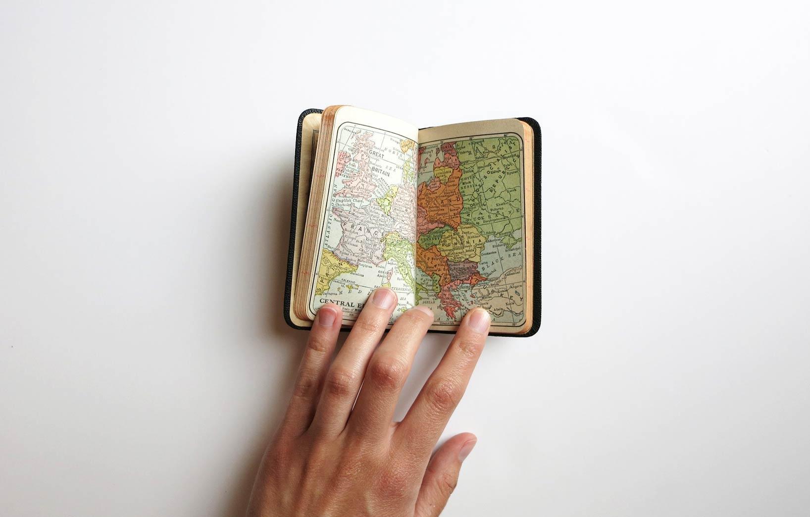 Рука с картой