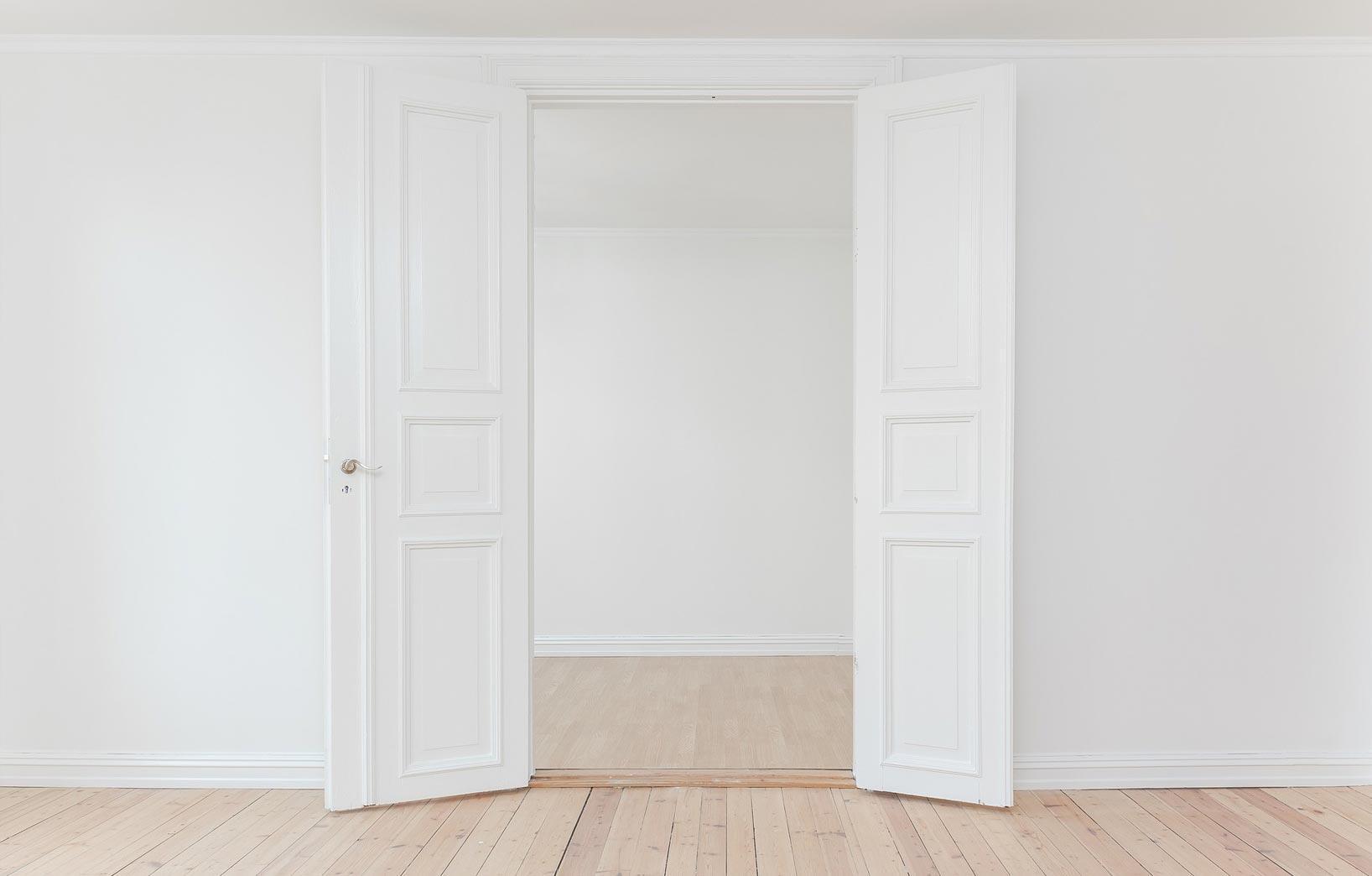 Распахнутые двери в белой комнате