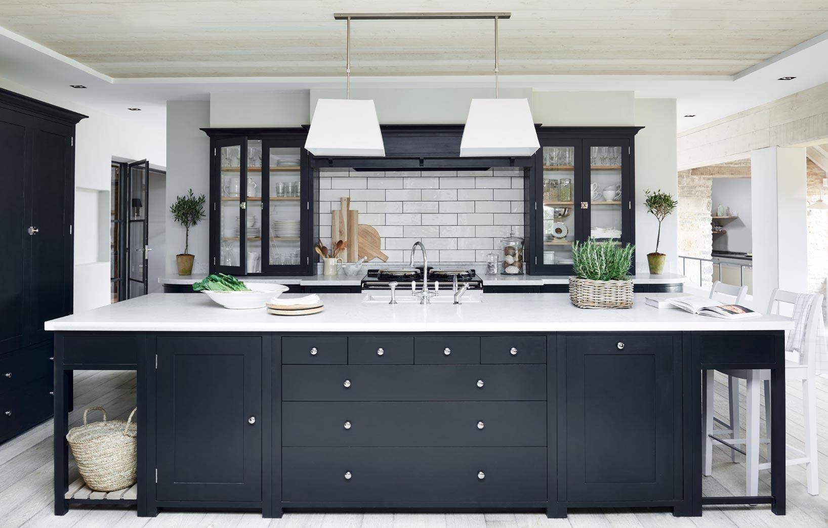 Тёмная мебель в светлой кухне