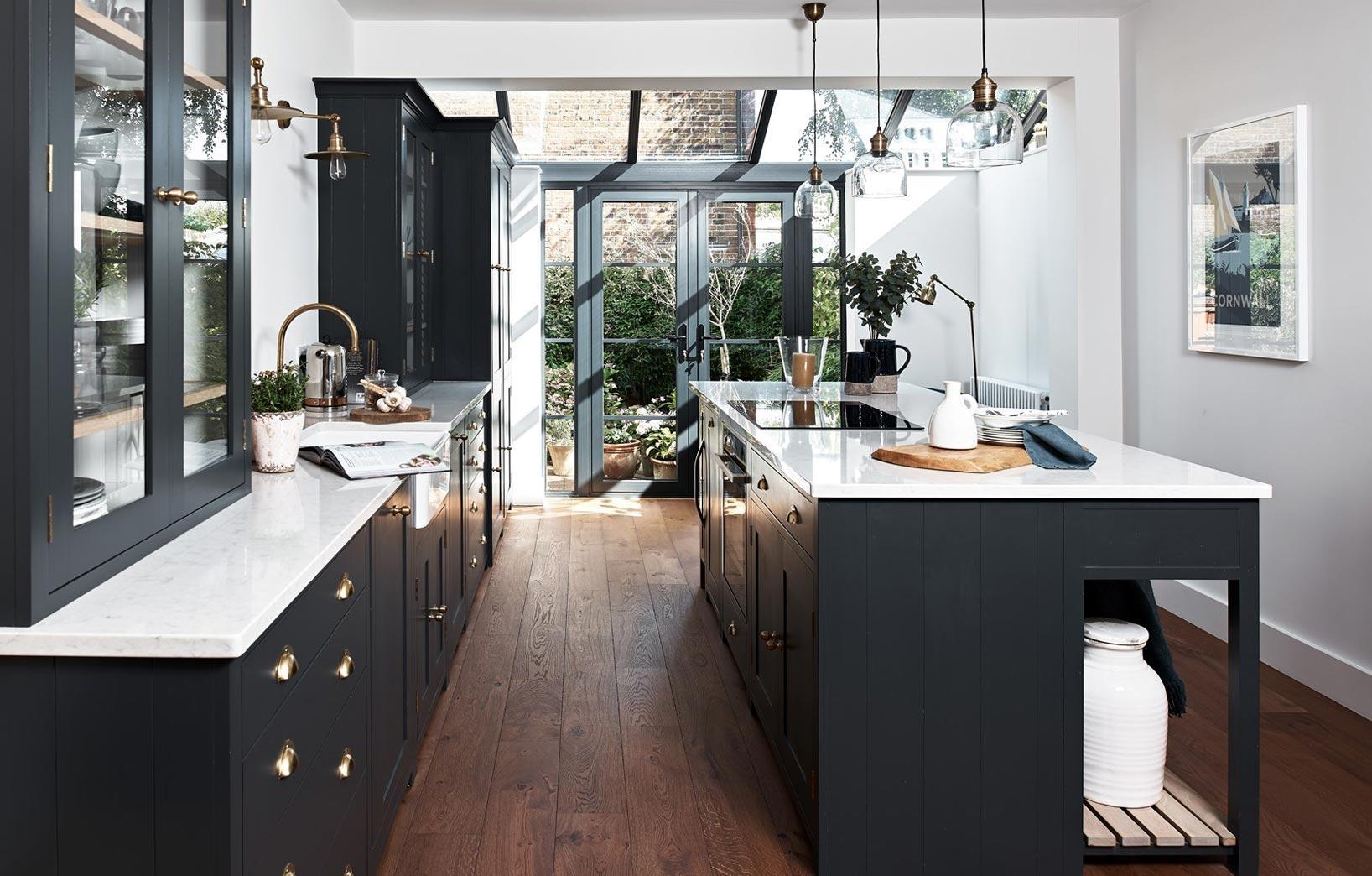 Тёмный кухонный гарнитур