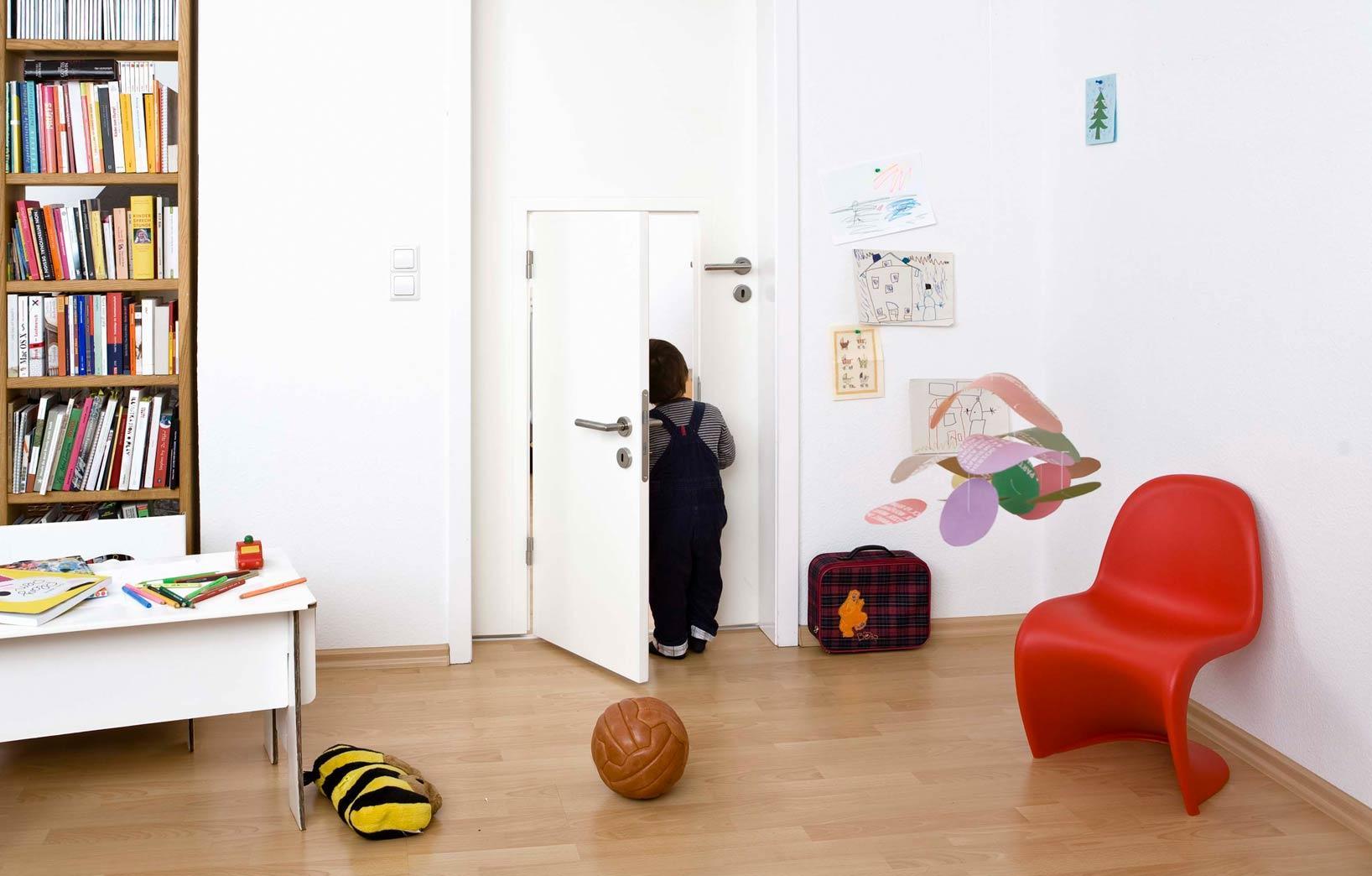 Двери в детской комнате