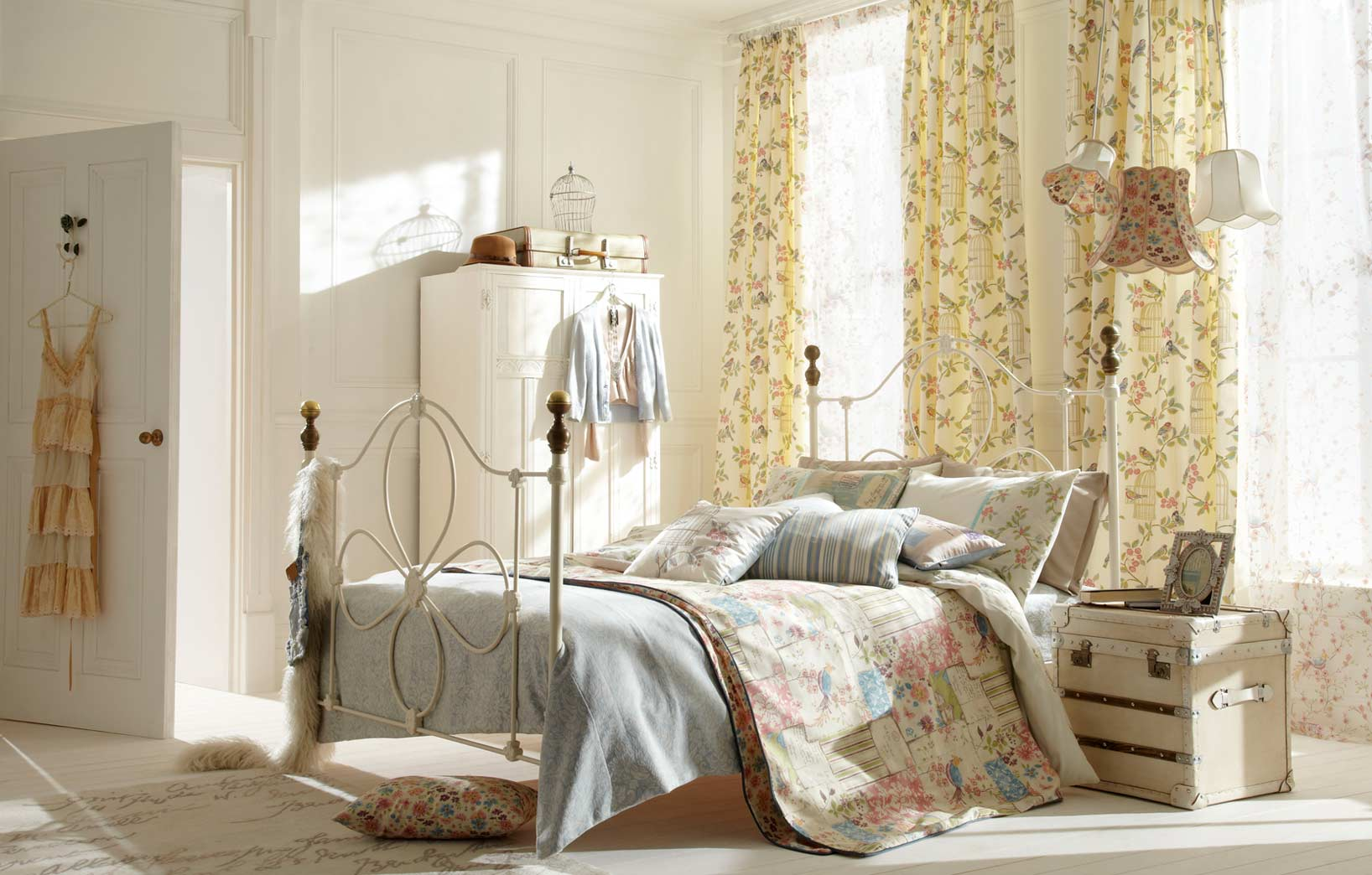Бледно-жёлтая спальня
