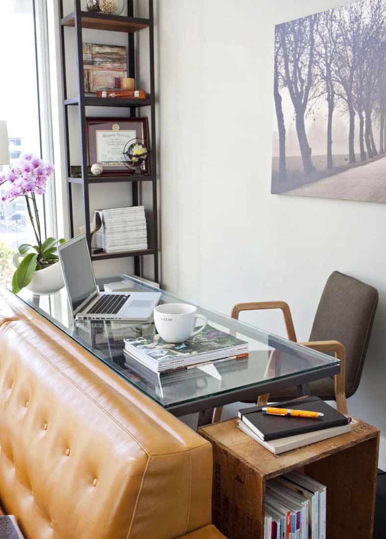 Рабочий стол в гостиной