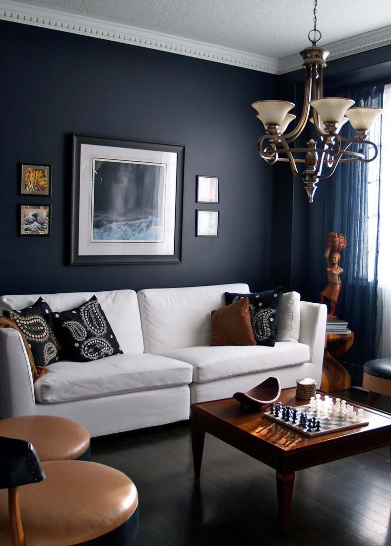 Тёмно-синие стены в гостиной