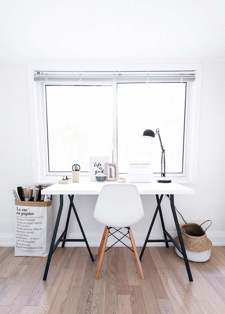 Светлый рабочий стол в гостиную