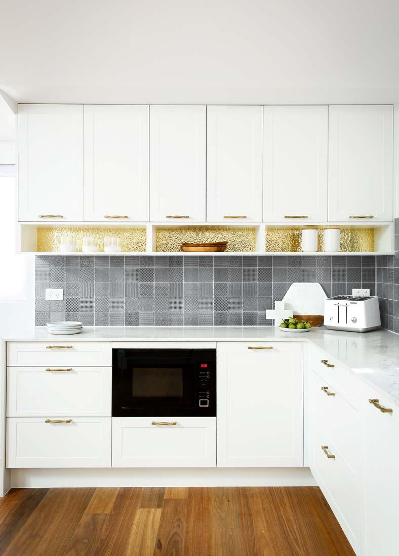 Бело-золотая кухня