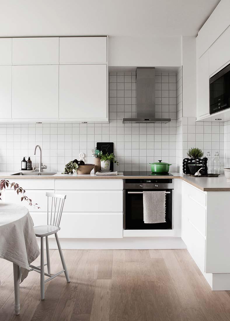 Белая кухня с акцентами