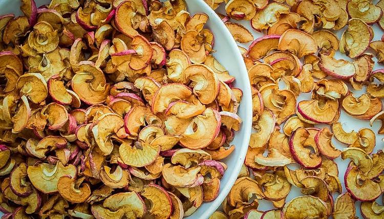 Как хранить сушеные яблоки, чтобы в них не завелась моль: способы сушки и хранения в домашних условиях