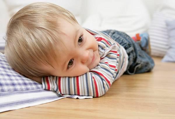 Можно ли спать на полу: полезно или нет спать на твердом, кому вреден сон на полу